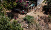 GU001. SANTA CATARINA PINULA (GUATEMALA), 17/04/2020.- Fotografía de una colonia a la cual no le llega agua de servicio público desde comienzos del año, el 1 de abril de 2020, en Santa Catarina Pinula (Guatemala). En Latinoamérica, la región del mundo con más recursos hídricos, hay unos 34 millones de habitantes sin acceso en sus viviendas a la red pública de agua, según informes recientes del Banco Mundial (BM). La mayoría sufre pobreza económica y están entre los grupos sociales más expuestos al avance sin freno del coronavirus. EFE/ Esteban Biba
