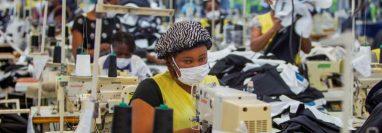Miles de empresas en China comienzan a relajar la restricción y los trabajadores están regresando a sus labores. (Foto Prensa Libre: EFE)