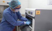 AME4815. BOGOTÁ (COLOMBIA), 22/04/2020.- Una bióloga, integrante del Ejército de Colombia, muestra el proceso que tienen las pruebas de la COVID-19 este miércoles, en el laboratorio de Referencia e Investigación del Ejército en Bogotá (Colombia). Desde hoy, el Laboratorio de Referencia e Investigación del Ejercito Nacional tendrá la capacidad de practicar 200 pruebas diarias de COVID-19 a usuarios del sistema de salud de las Fuerzas Militares. EFE/ Carlos Ortega