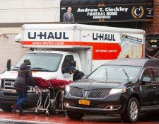 Los camiones refrigeradores están siendo usados por hospitales y funerarias durante la pandemia para mantener los cuerpos en buen estado. (Foto Prensa Libre: EFE)