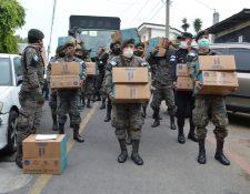 Las fuerzas armadas empezaron el pasado domingo 5 de abril con la entrega de kitrs de alimentos. (Foto Prensa Libre: María René Barrientos)