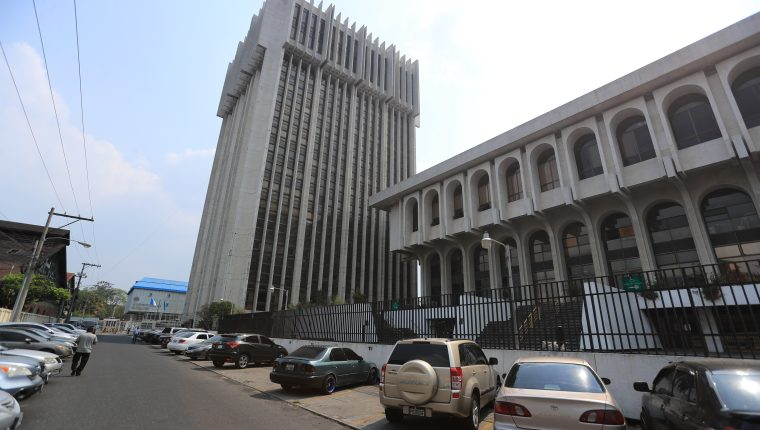 La Torre de Tribunales luce casi vacía por las restricciones. (Foto Prensa Libre: Juan Diego González)