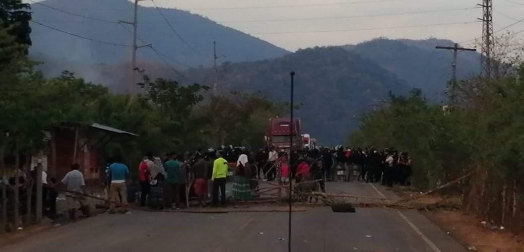 Pobladores mantienen bloqueo en ingreso a El Estor, Izabal, por temor al coronavirus