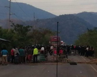 Vecinos bloquean paso en acceso a El Estor, Izabal. (Foto Prensa Libre: Dony Stewart).