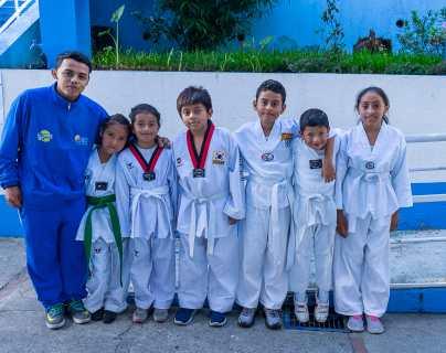 """La ejemplar historia de Carlos Cruz, quien le dijo """"no"""" a las pandillas y ahora enseña taekwondo a niños del basurero de la zona 3"""