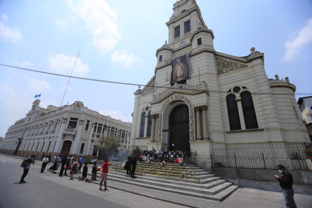 Frente a la iglesia se colocó la cruz en la que se llevaba a cabo el acto de crucifixión el Viernes Santo. Foto Prensa Libre: Juan Diego González
