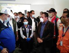 El presidente Alejandro Giammattei durante su recorrido en el hospital en construcción en Quetzaltenango. (Foto Prensa Libre: María José Longo).