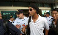 SJS04. SAN JOSÉ (COSTA RICA), 03/10/11.- El jugador Ronaldinho a su llegada con la selección de Brasil hoy, lunes 3 de octubre de 2011, a San José (Costa Rica), donde el próximo viernes se enfrentará a Costa Rica en un partido amistoso. EFE/Periódico La República/SOLO USO EDITORIAL/PROHIBIDO SU USO EN COSTA RICA