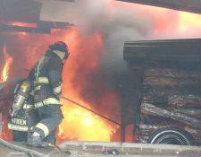 Socorristas trabajan para extinguir las llamas, que amenazan con expandirse. (Foto: Bomberos Voluntarios)