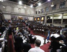Los diputados trabajaron durante la madrugada de este viernes para aprobar leyes en apoyo a los guatemaltecos afectados por la emergencia de covid-19. (Foto Prensa Libre: Congreso)
