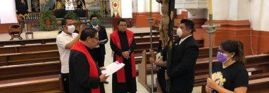 La Hermandad de Jesus Nazareno del Consuelo y Asociación de Ceuzados del Santo Sepulcro llevo a cabo el rezo del santo viacrucis. (Foto: Prensa Libre)