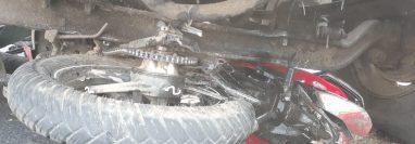 La motocicleta quedó debajo del camión. (Foto Prensa Libre: PMT de Mixco).