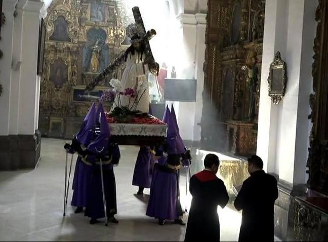 Dentro de la iglesia de Nuestra Señora de Las Mercedes, el padre Orlando Aguilar llevó a cabo el rezo del Viacrucis mientras un grupo de nazarenos llevaba en hombros a Jesús de la Merded. Foto Prensa Libre: Eventos Católicos