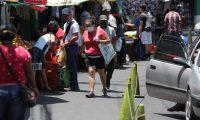 En mercado la Arboleda en la colonia Villa Hermosa de San Miguel Petapa no dejan entrar a las personas sin mascarillas debido al prevenci—n tomada por la Municipalidad.   Fotograf'a. Erick Avila:                       02/04/2020