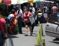 En el mercado la Arboleda de Villa Hermosa, en San Miguel Petapa, una señora compra y porta mascarillas. A ese municipio se extendió el contagio desde Europa. (Foto Prensa Libre: Érick Ávila)