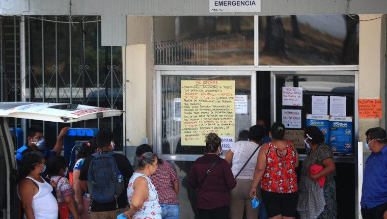 Varias personas se aglomeraron en el ingreso al Hospital Nacional de Amatitlán  horas después de confirmarse el contagio de un médico que laboraba en ese nosocomio. (Foto Prensa Libre: Carlos Hernández)