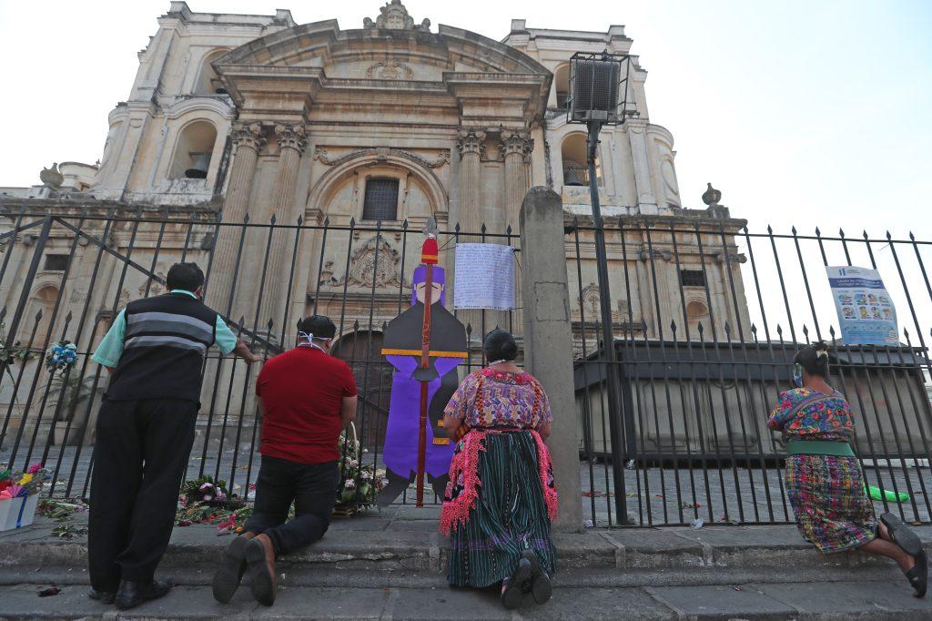 Esta madrugada habría empezado con la procesión de Jesús de la Merced, es el último nazareno que sale en procesión en el Centro Histórico de Guatemala. Foto Prensa Libre: Óscar Rivas