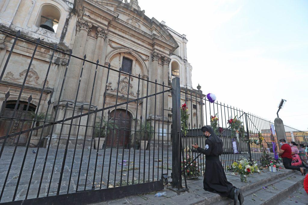 Como ha pasado durante toda la Semana Santa los fieles se acercaron a la iglesia para poder estar cerca de las imágenes de devoción. Foto Prensa Libre: Óscar Rivas