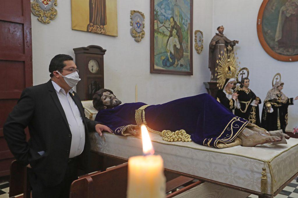 En la iglesia del Santísimo Nombre de Jesús, La Recolección, la Hermandad llevó a cabo el cambio de ropaje del Señor Sepultado. Foto Prensa Libre: Óscar Rivas