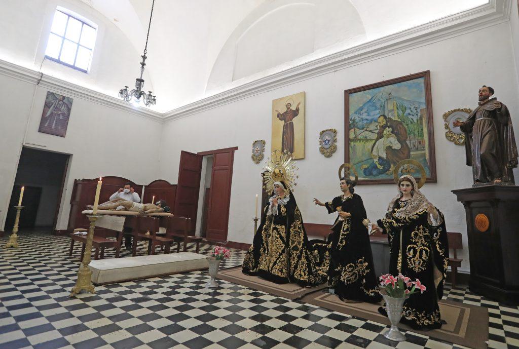 En la sacristía de la iglesia La Recolección estuvieron las imágenes del Cristo de la Penitencia, Virgen de la Soledad, San Juan y María Magdalena. Foto Prensa Libre: Óscar Rivas