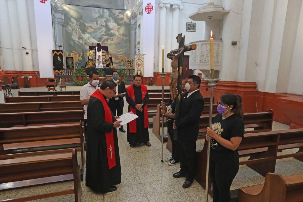El padre Edwin Roldán, párroco de la Recolección, rezó el viacrucis dentro de la iglesia vacía antes de llevar a cabo la misa mayor. Foto Prensa Libre: Óscar Rivas