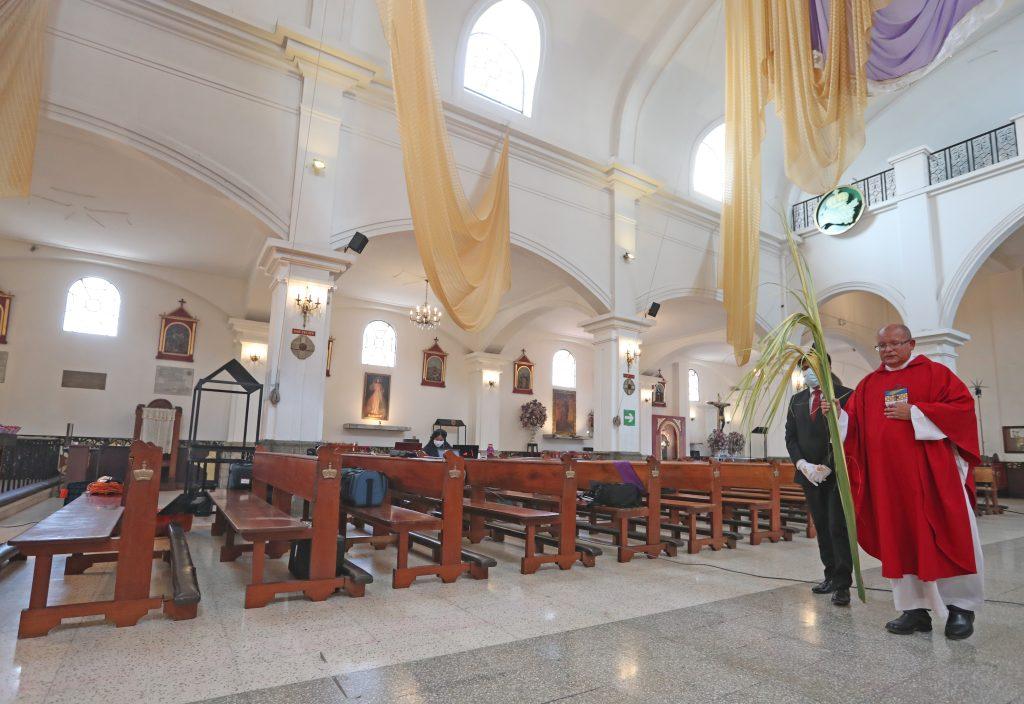 Ante las bancas vacías se hizo el recorrido al altar mayor como en cada misa. Foto Prensa Libre: Óscar Rivas