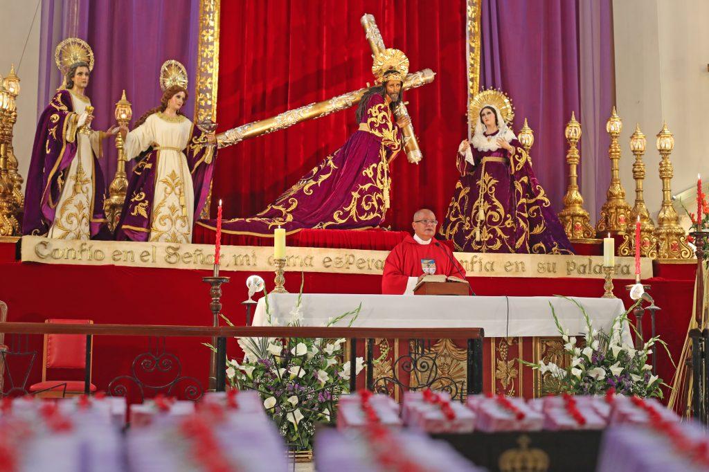 Frente a las imágenes de pasión del Santuario Arquidiocesano del Señor San José se celebró la misa, así se realiza todos los domingos de Ramos antes que salga la procesión del Rey del Universo. Foto Prensa Libre: Óscar Rivas