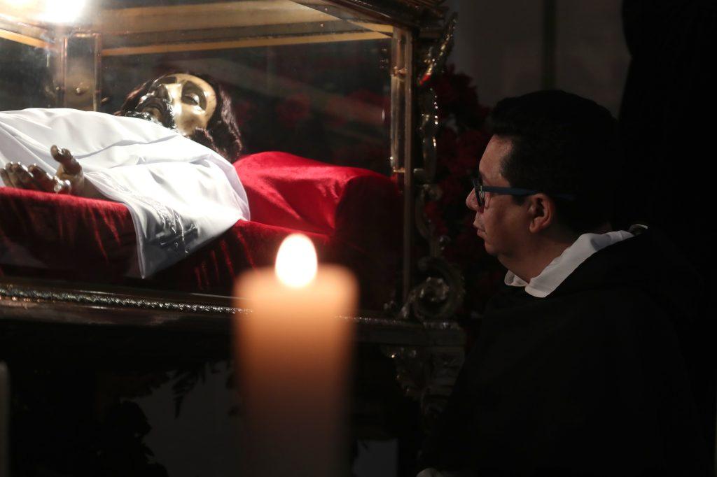 El párroco de Santo Domingo, Luis Aguilar, pidió a los fieles mantenerse en oración y en meditación este Viernes Santo. Foto Prensa Libre: Óscar Rivas
