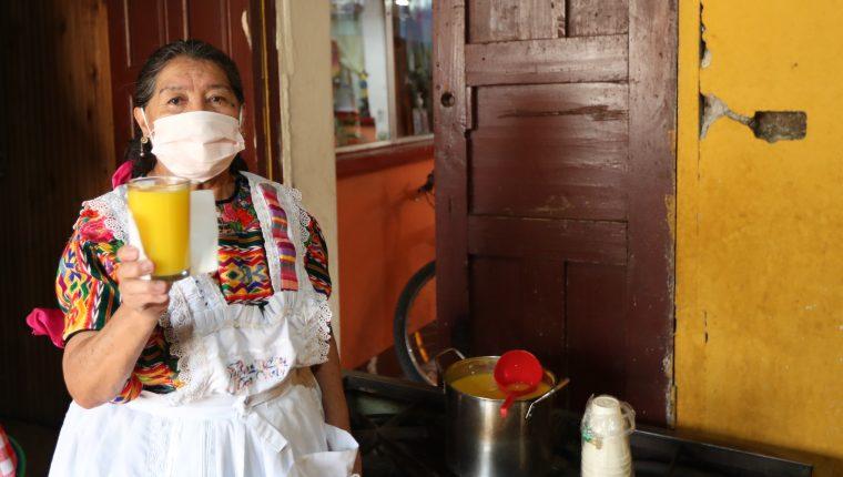 Cristina Sac innovó su venta de atoles típicos en el mercado municipal de Xela, ahora hace entregar a domicilio a causa del corononavirus.   (Foto Prensa Libre: María Longo)