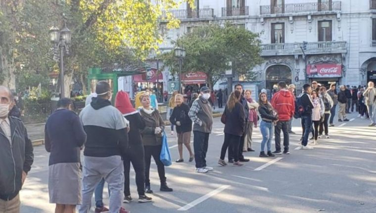 Personas de la tercera edad hacen fila en banco argentino. (Foto Prensa Libre: Tomada de La Voz).