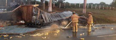 Unos de los transportes pesados accidentado en la autopista Palín-Escuintla. (Foto Prensa Libre: Bomberos Voluntarios).
