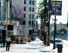 El Hollywood Boulevard se encuentra vacío en medio de la pandemia del coronavirus, el 15 de abril de 2020 en Los Ángeles, California. (Foto Prensa Libre: AFP).