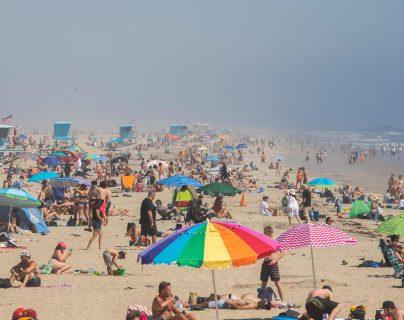 Mientras que las playas en los condados de Los Ángeles y San Diego permanecen cerradas, las de los condados de Ventura y Orange estaban abiertas. (Foto Prensa   Libre: AFP)