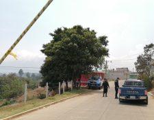 Autoridades controlan el ingreso principal a la aldea, en los otros puntos se cerró el paso. (Foto Prensa Libre: María Longo)