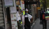 AME9552. CIUDAD DE MÉXICO (MÉXICO), 01/04/2020.- Unos empleados de locales se asoman a las puertas de sus negocios este miércoles, en Ciudad de México (México). Muchos de los comerciantes del centro de la Ciudad de México se resisten a cerrar y quedarse en casa ante las peticiones de las autoridades para evitar la propagación del coronavitus, aunque algunos comercios ya cerraron sus puertas. EFE/Sáshenka Gutiérrez