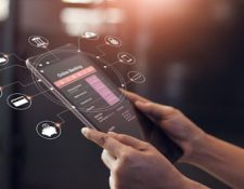 Los canales digitales que ofrecen las entidades bancarias reflejaron un aumento en transacciones y usuarios nuevos. (Foto Prensa Libre: Shutterstock)