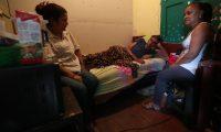 """Las mujeres cuidan a """"don Richard"""", un hombre de 83 años que tiene cáncer y vive en una vecindad de Xela. (Foto Prensa Libre: María Longo)"""