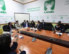 Citación de la UNE con los ministros de Relaciones Exteriores,  Pedro Brolo, y de Salud, Hugo Monroy. (Foto Prensa Libre: Miriam Figueroa)