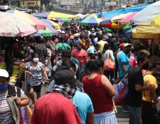 Así fue la aglomeración de personas este domingo en el mercado Minerva. (Foto Prensa Libre: Raúl Juárez)
