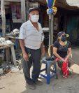Edmundo Chávez tiene problemas auditivos y de movilidad, mientras Justa Sarat dificultad visual. Desde que comenzó la crisis han respetado la cuarentena y no han podido salir a trabajar. (Foto Prensa Libre: Raúl Juárez)