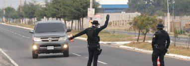 En la rotonda del Migrante, límite entre Quetzaltenango y Totonicapán la Policía Nacional Civil instaló un operativo. (Foto Prensa Libre: Raúl Juárez)