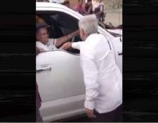 """El presidente Andrés Manuel López Obrador saluda a la mamá de Joaquín """"el Chapo"""" Guzmán. (Foto Prensa Libre: Grupo Fórmula)."""