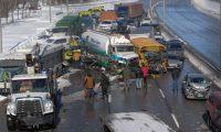 Imagen de la múltiple colisión ocurrida en Montreal, Canadá. (Foto Prensa Libre: Roussillon_News).