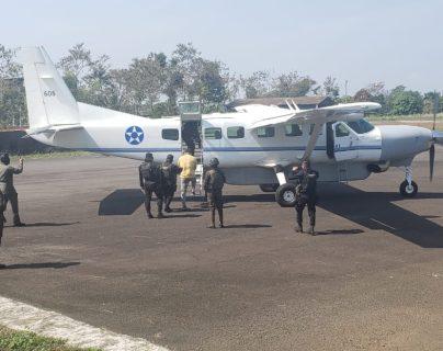 Juan Carlos Cruz Ovalle es trasladado vía aérea para el proceso de extradición a EE. UU., cuyas autoridades lo requieren por narcotráfico. (Foto Prensa Libre: MP)