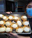 El chef Pai Kuo-wen inventó el 'Pan de máscara facial' con relleno de frijol rojo en marzo, cuando el negocio de la panadería se vio afectado por el nuevo coronavirus (Covid 19) en Taiwán. Foto con fines ilustrativos. (Foto Prensa Libre: EFE)