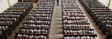 Max Ozuna, párroco de Totonicapán, con apoyo de feligreses y vecinos reunieron mil 800 bolsas con alimentos para familias pobres. (Foto Prensa Libre: Mayra Zapeta)