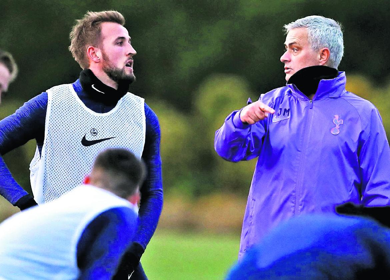 Mourinho ofrece disculpas después de ser sorprendido entrenando con tres futbolistas del Tottenham