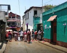 Vecinos desinfectan calles de Patzún ante casos de coronavirus. (Foto Prensa Libre: Tomada del video de Marvin Cun).