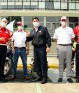 Directivos de Honda Guatemala realizaron la entrega de las motocicletas al Cuerpo de Bomberos Municipales. Foto Prensa Libre: Cortesía
