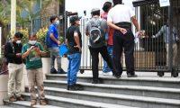 Cientos de personas se acertan al Ministerio de Trabajo a pedir ayuda, pero se encuentraron con las puertas cerradas. (Foto Prensa Libre: Hemeroteca PL)
